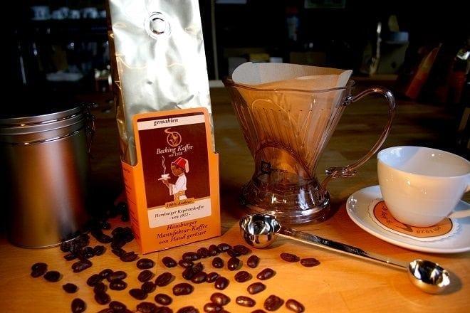 Kaffee, ganz frisch gebrüht –mit Filter
