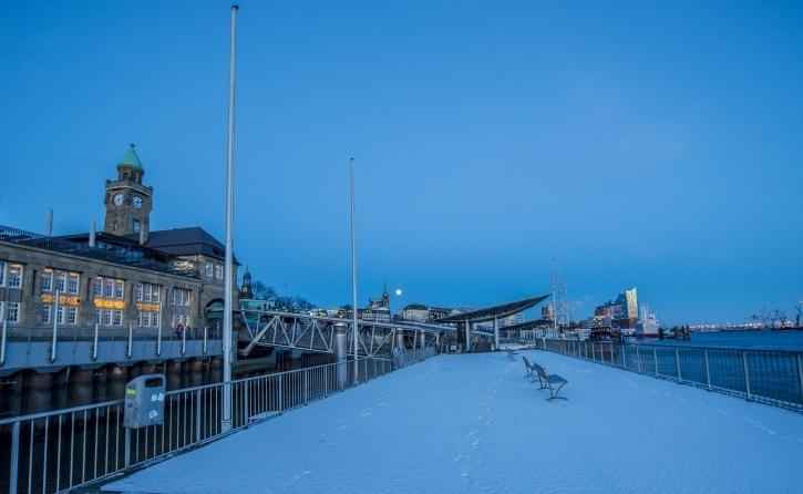 Die Landungsbrücken mit Schnnee, Sicht auf Blockbräu, CapSanDiego, Elbpilharmonie, in abendlicher Stimmung, Hafenfähren,