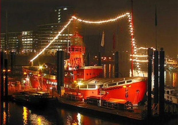 Feiern auf dem Feuerschiff: beleuchtetes Schiff