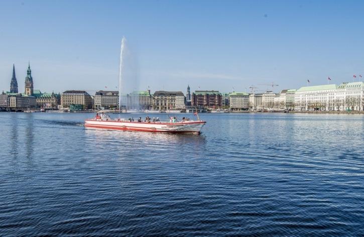 Alster Cabrio II im Frühjahr auf der Binnenalster, St Nikolai, Rathaus und Michel, rechts das VierJahreeszeiten ATG Alster Touristik