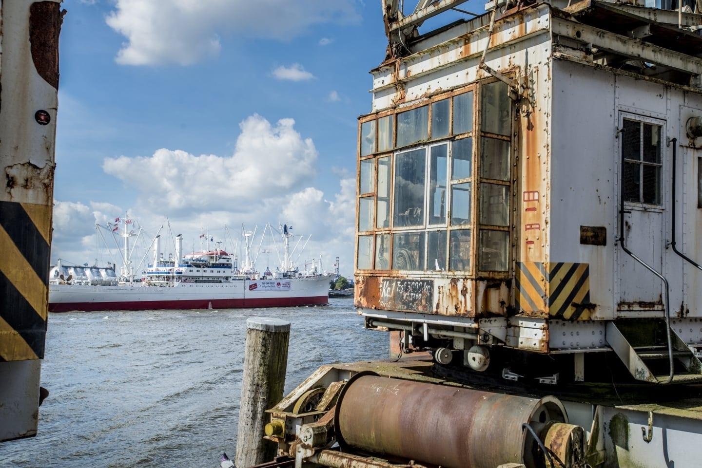 Stückgutgeschichte, Cap San Diego Museumsschiff im Hamburger Hafen mit Kränen am Holzhafen