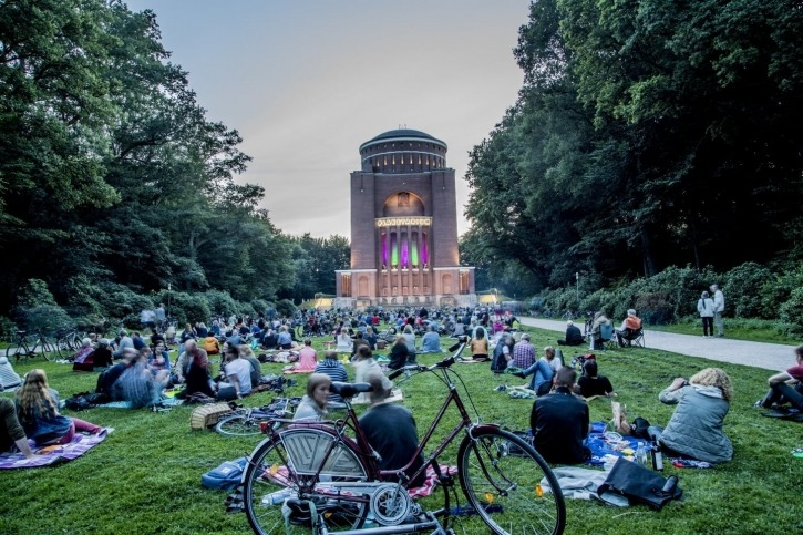 kostenfreies Stadtparkerlebnis, die Klangwolke im rund um das Planetarium