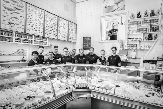 Fische Schmidt Teamfoto mit dem Herrn der Fische Frank Tamaschke www.GubbelsPhotography.de Constantijn Gubbels | Brigittenstraße 1 | 20359 Hamburg | Tel: 015253682637