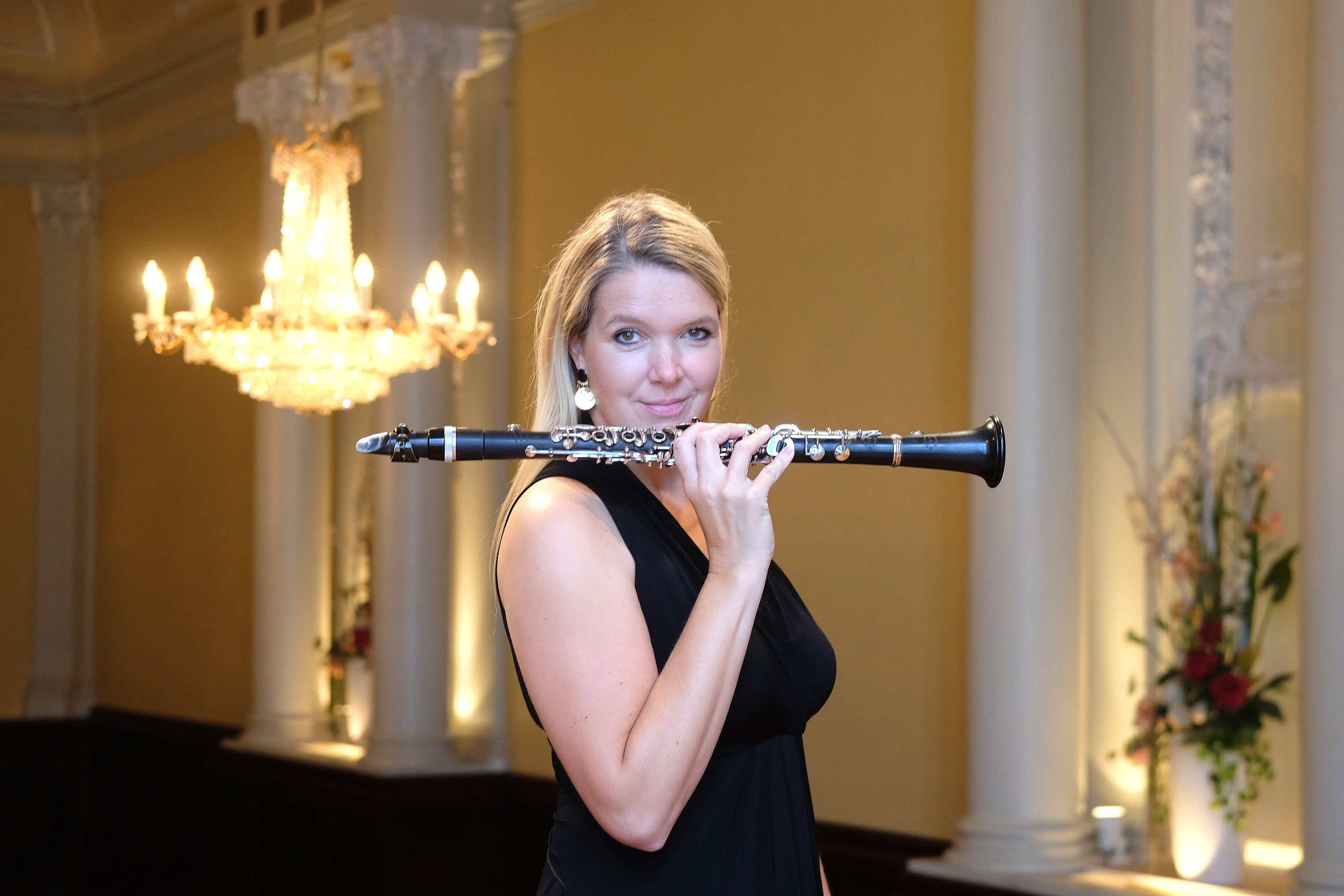 """Sabine Grofmeier mit ihrem """"Werkzeug"""" der Klarinette. In den Mozartsälen hat sie eine musikalische Reihe einmal im Monat, immer Sonntags, entwickelt"""