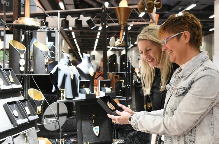 Mineralien Hamburg: Besucher an Messestand