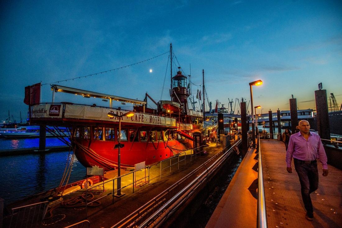 Dsa Feuerschiff: Blick auf den Sporthafen am Abend