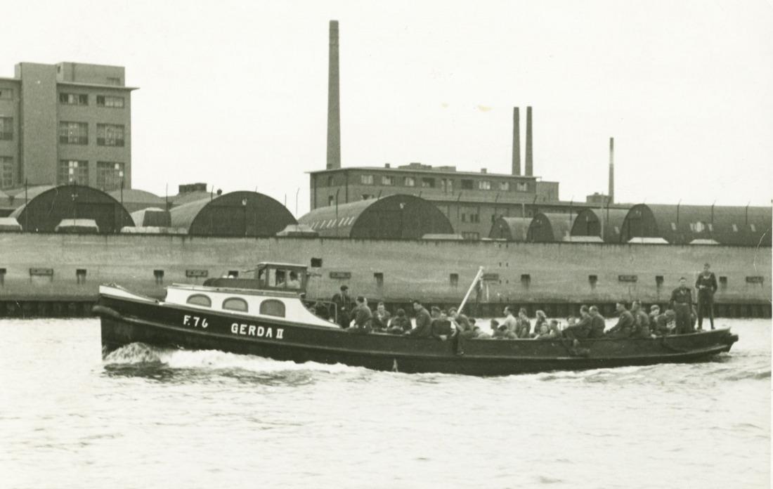Barkassen-Meyer. Schiff mit Soldaten an Bord