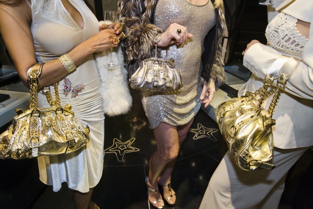 Deichtorhallen: Reiche Frauen mit Versace-Taschen