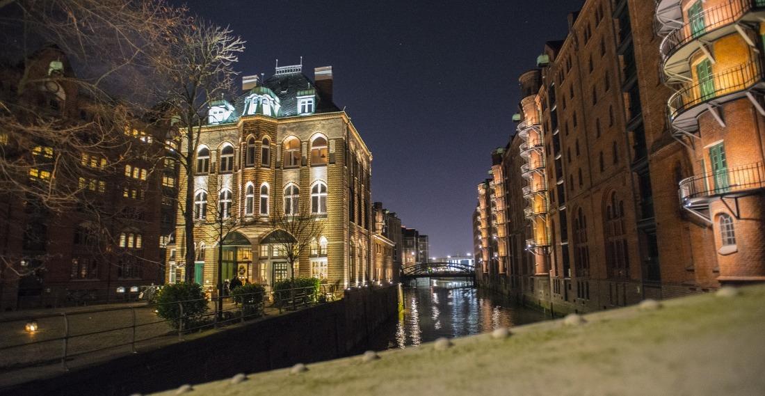 Hamburg ist erleuchtet: das Wasserschloss in der Speicherstadt