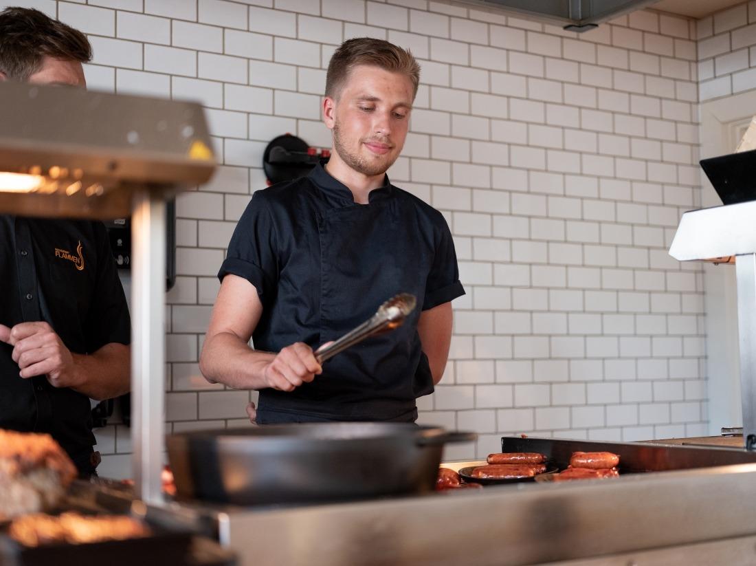 Restaurant Flammen: Koch am Grill