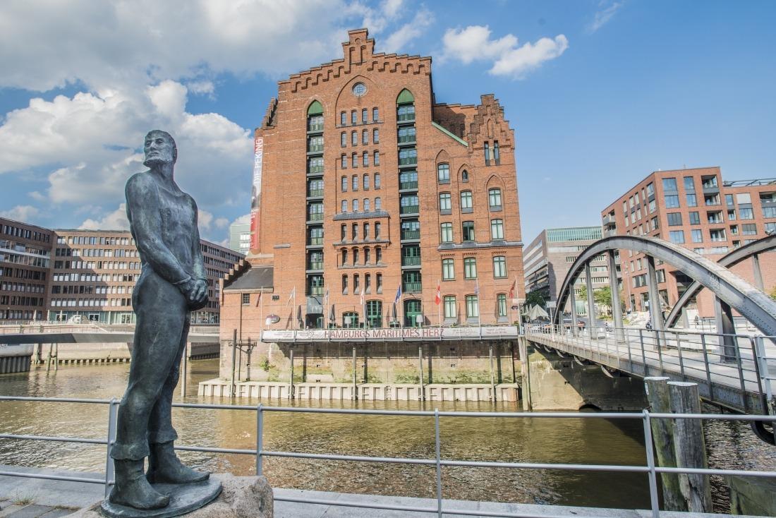 Hamburgensien: die Störtebeker-Statue in der Hafencity