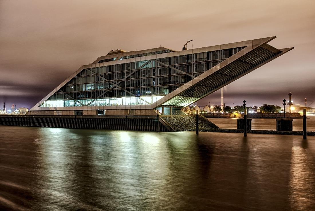 Hamburg ist erleuchtet: das Dockland