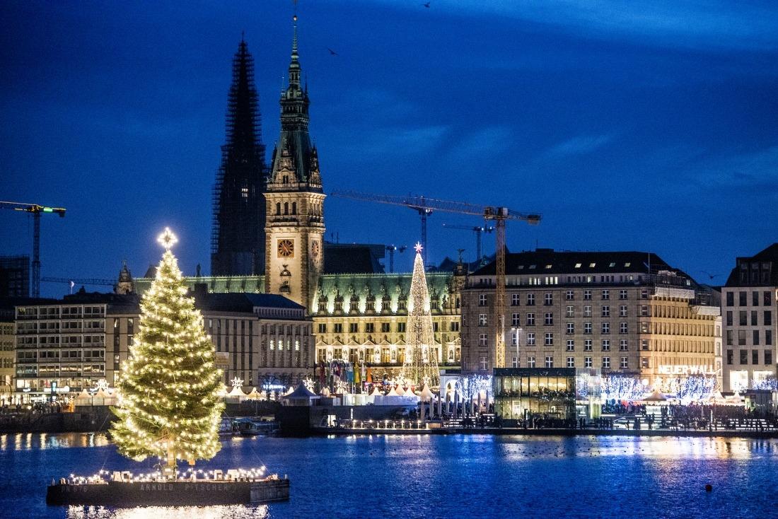 Hamburg im Weihnachtsglanz: die Alstertanne