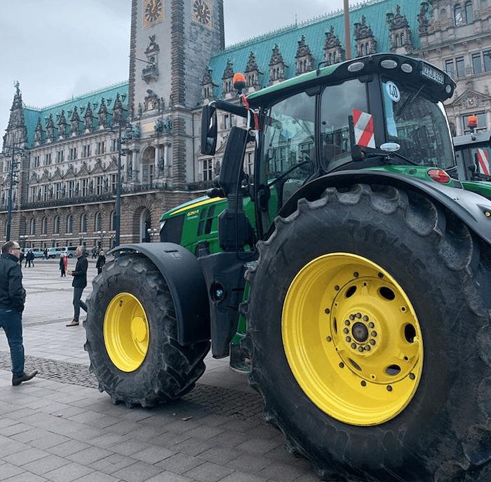 Trecker-Protest: Traktor vor dem Rathaus