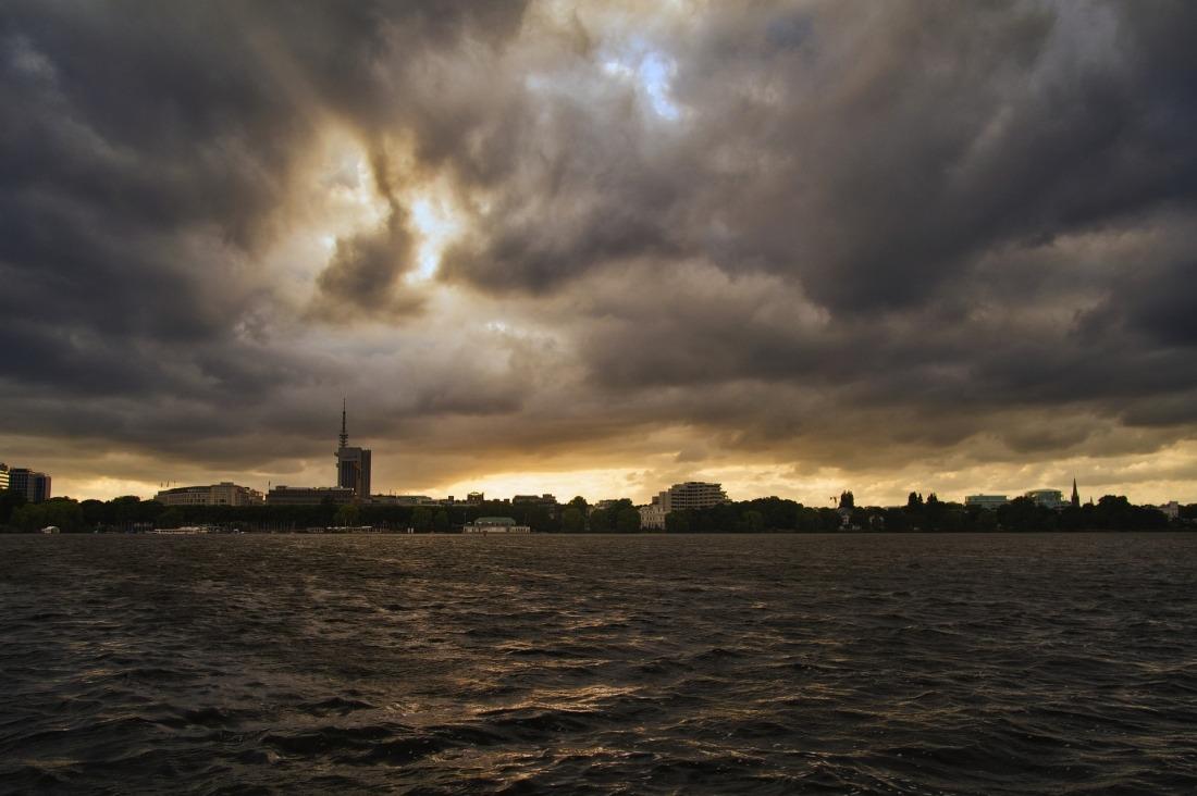 Hamburg: Wolken und Wind an der Alster