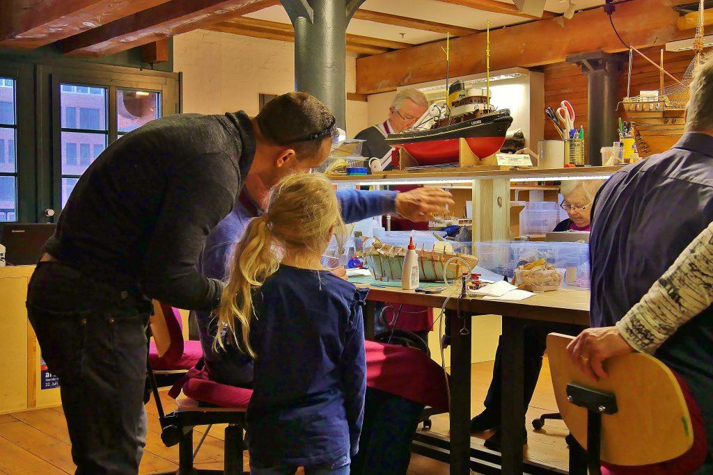 Schiffe bauen: Kinder im Museum