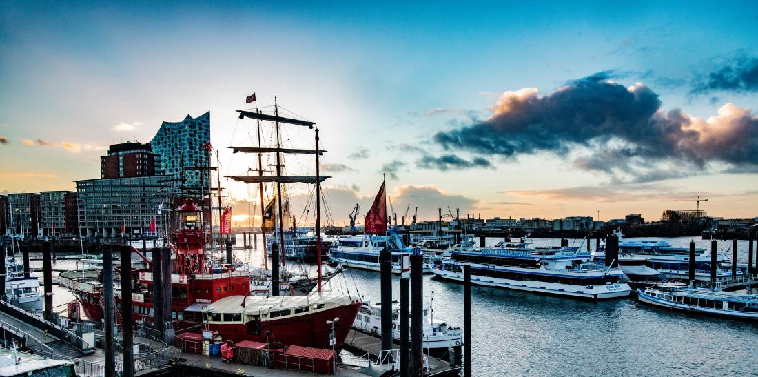 Hamburg rockt: Blick auf Hafen und Elphi