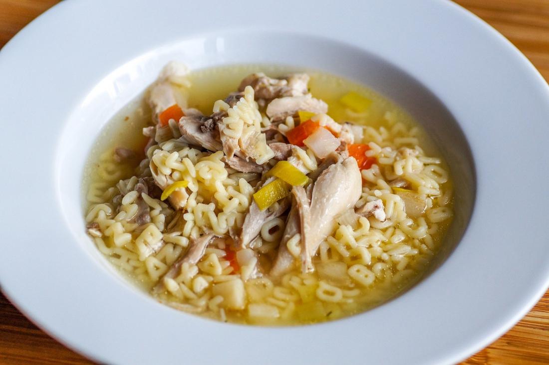 Erkältungswetter: Teller mit Hühnersuppe