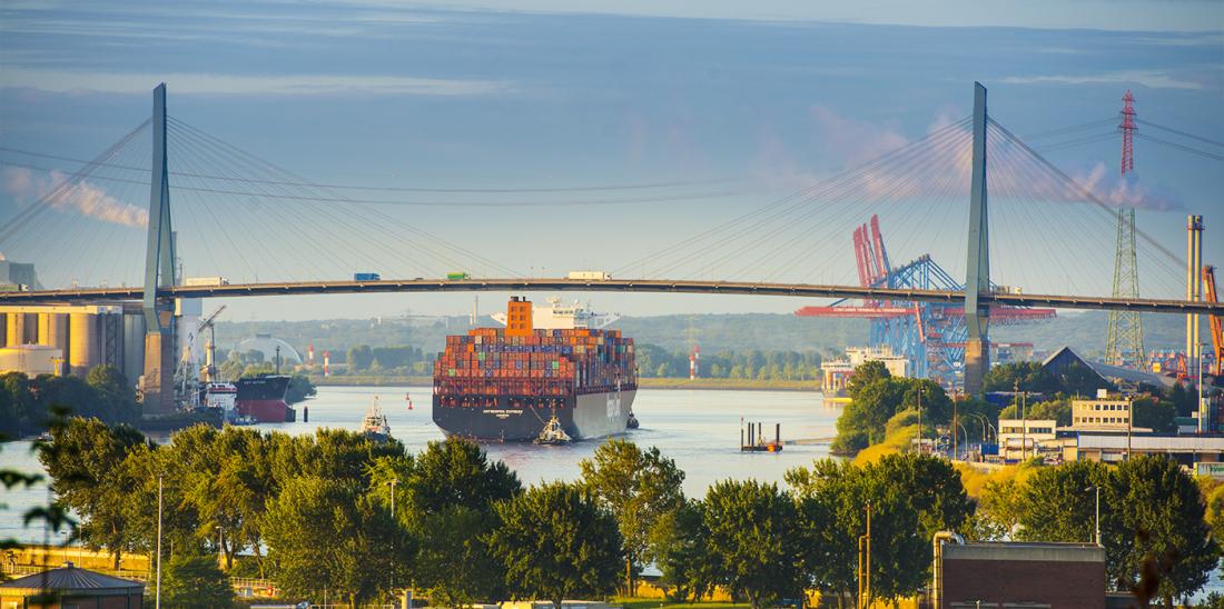 Hafen: Weitblick bis zur Köhlbrandbrücke