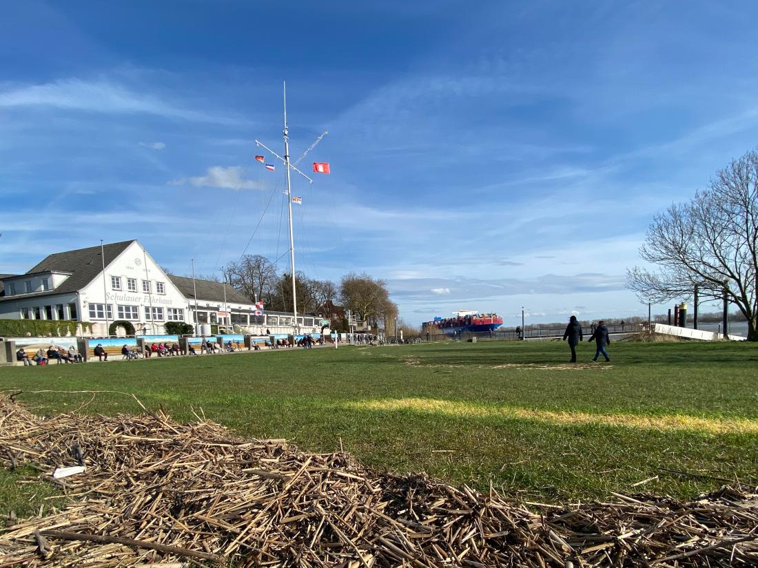 Schiffe kucken: Das Neue Schulauer Fährhaus mit der Schiffsbegrüßungsanlage