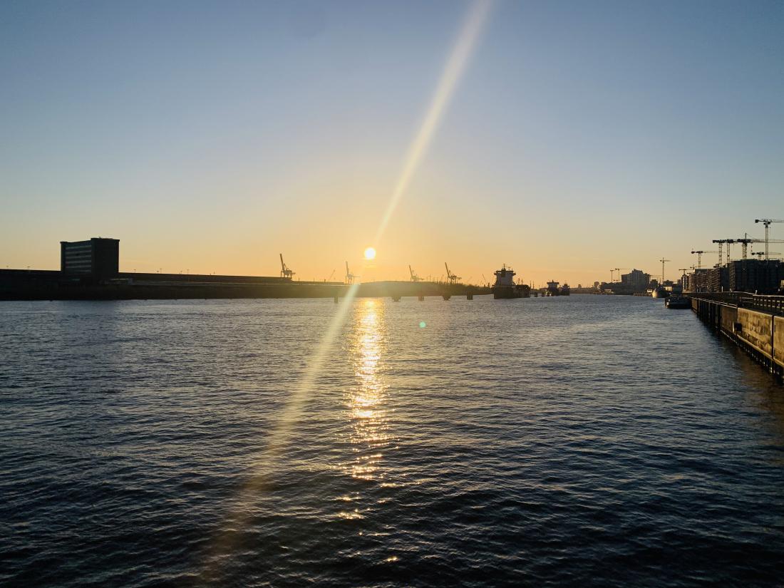 Hamburg für Familien: Sonnenuntergang an der Elbe