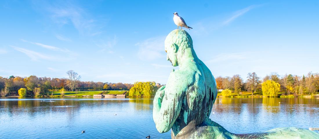 Grün & Blau: Figur am Stadtparksee