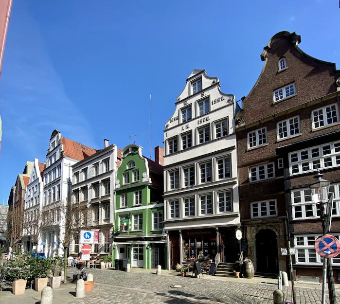 Lebendige Tradition: Deichstraße mit Alt-Hamburger Aalspeicher