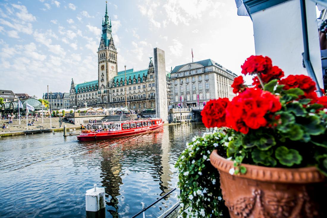 Happy Oktober: die Maritime Circle Line vor dem Rathaus