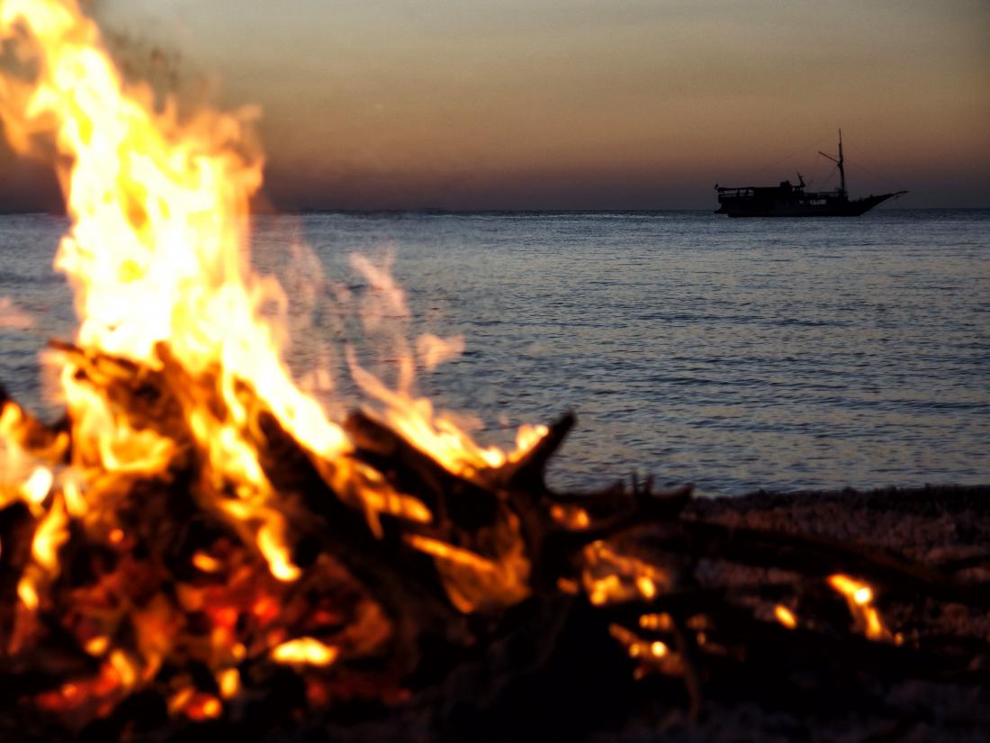 Feuerzeichen: Feuer am Strand