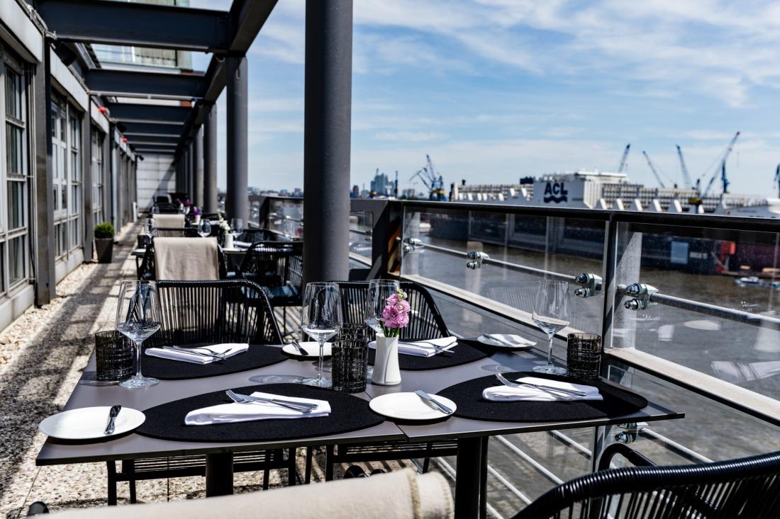 Draußen de Luxe: Terrasse des Ginn Hotels