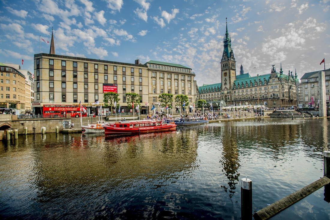 Barkassen: Ein Schiff der Maritime Circle Line ankert an der Alster