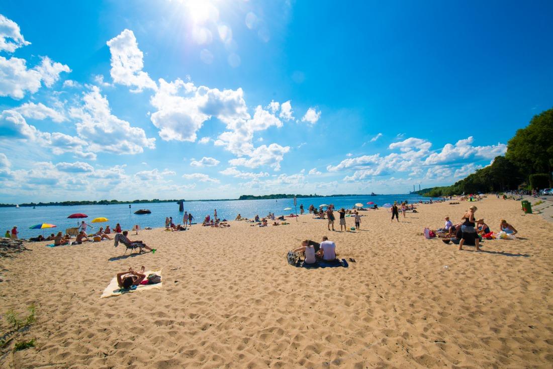 Ab ans Wasser: Strand bei Blankenese zum sonnen und baden