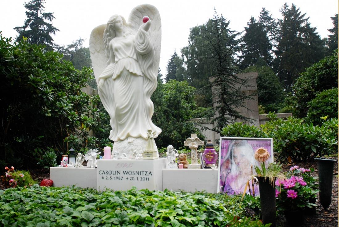 Friedhof Ohlsdorf: Grab des Pornosternchens Sexy Cora