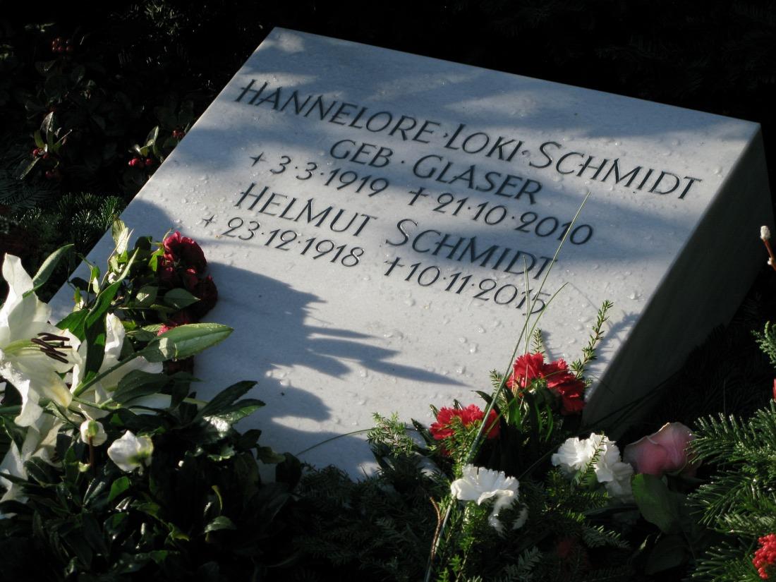 Friedhof Ohlsdorf: Grab von Helmut und Loki Schmidt