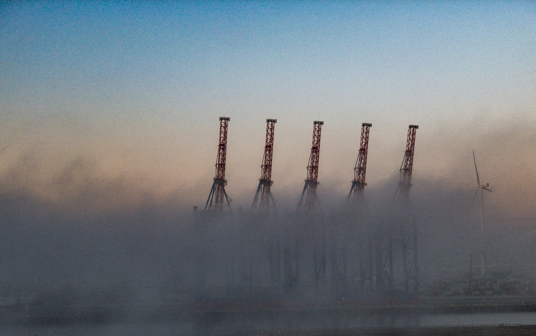 Hamburg im November: Hafenkräne