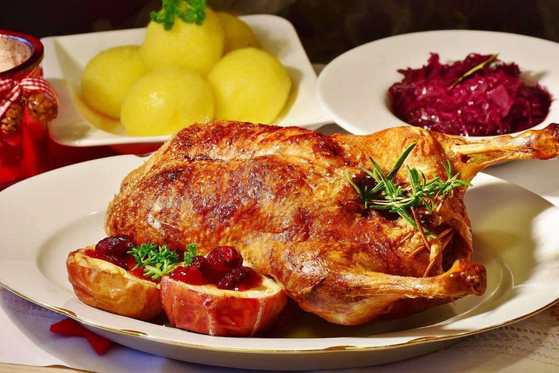 Weihnachtsmenü: knusprige Ente mit Rotkohl und Klößen
