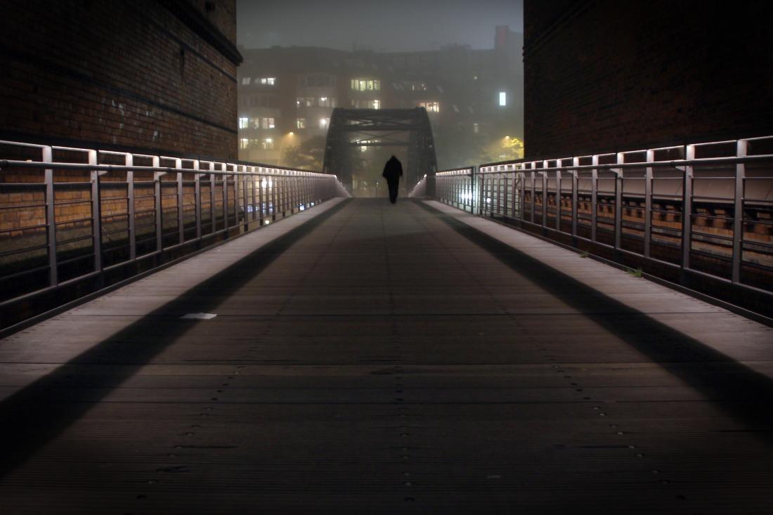November: Brücke in die HafenCity im Nebel