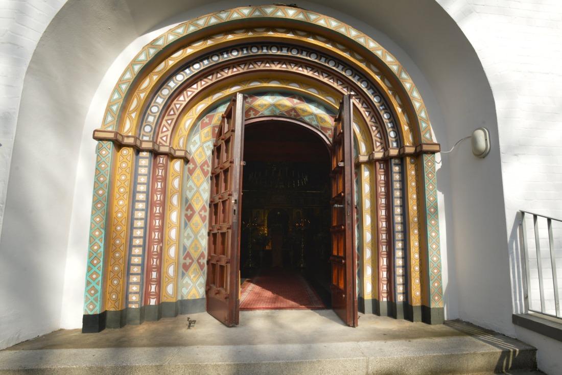 Wonderland: das Eingangsportal der russischen Kirche