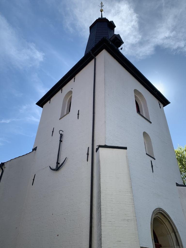 In Glückstadt hängt ein Hamburger Anker an der Kirche