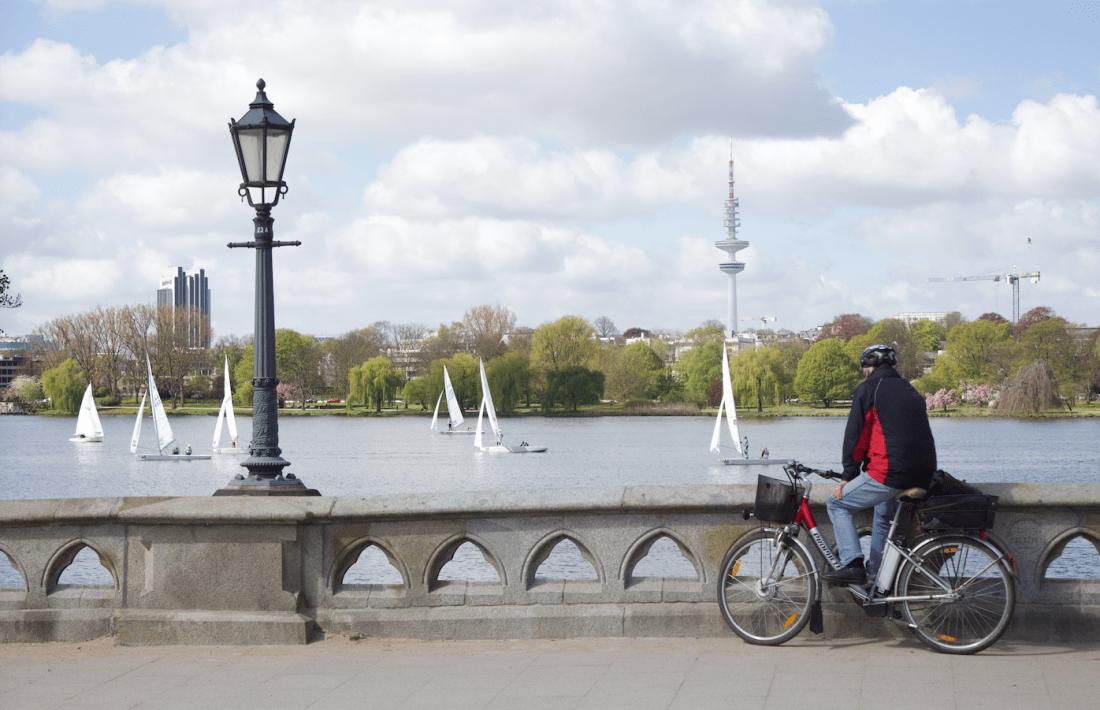 Endlich wieder Frühling: Radfahrer trofft Segler