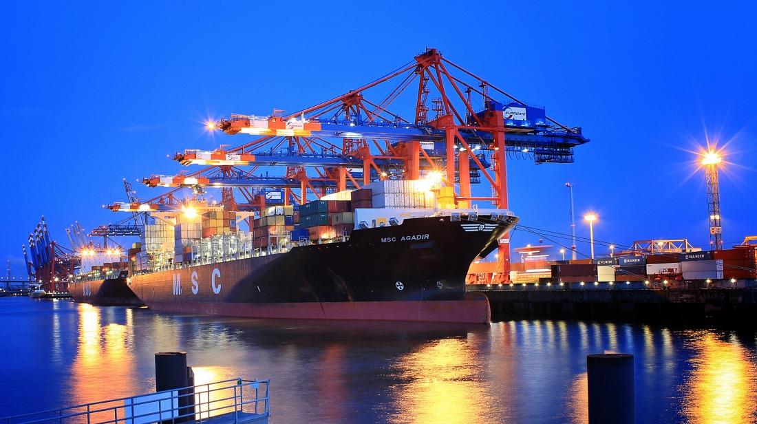 Industrieromantik: Containerriese auf der Elbe