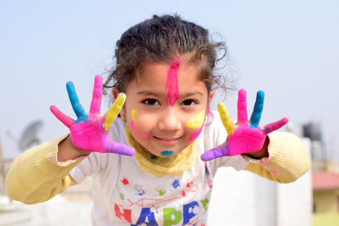 Hamburg mit Familien: Kind mit Fingerfarben