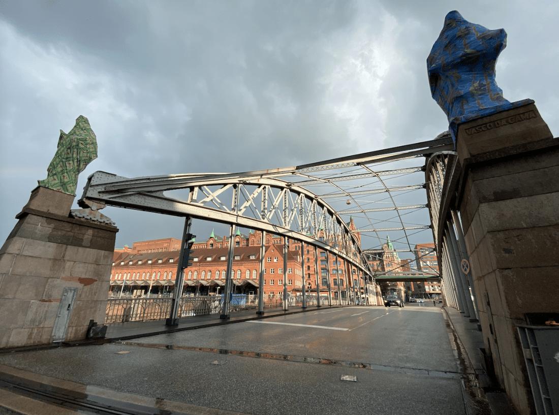"""Kunstspaziergang: Die Verhüllung"""" von Joiri Minaya an der Kornhausbrücke"""