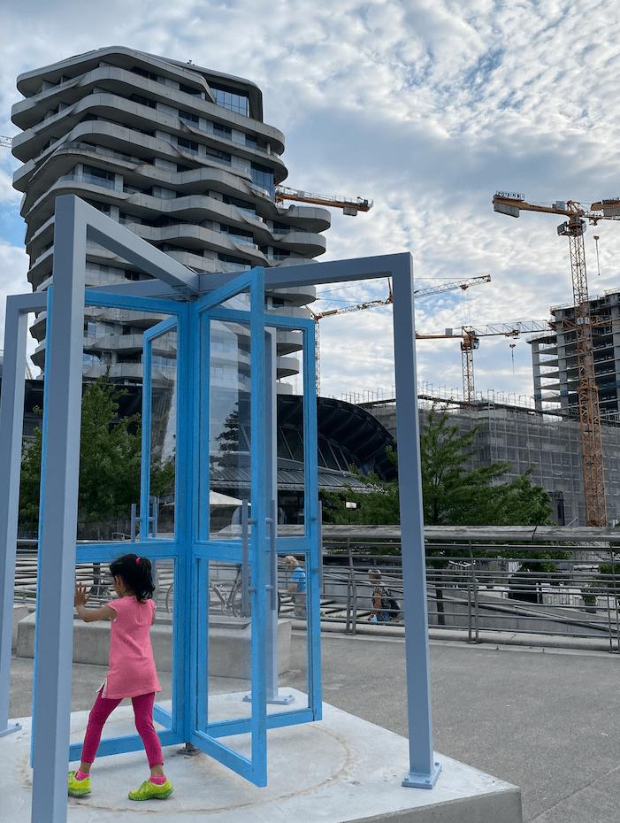 "Kunstspaziergang: ""Sonámbula"" von Eduardo Basualdo auf den Marco-Polo-Terrassen"