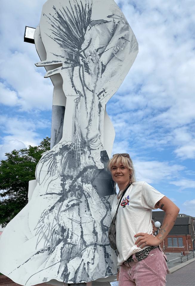 """Die Hamburger Künstlerin Franziska Nast vor ihrer Skulptur an der Oberbaumbrücke """"one more try"""""""